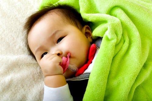 Bayi yang Sering Ngempeng Lebih Mudah Terkena Infeksi Telinga