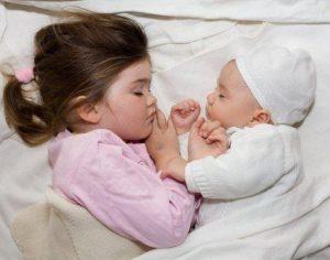 bayi-dan-anak-kecil-tidur