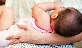 Tips Menyusui Saat Bayi Mulai Tumbuh Gigi